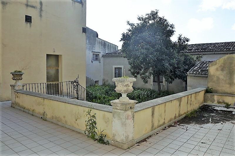 Exclusive historical residence facing the cathedral with private garden